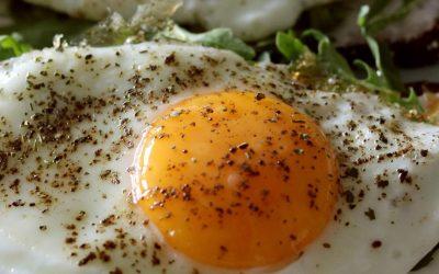 Cuántos huevos puedo comer a la semana y cómo puedo saber si son frescos