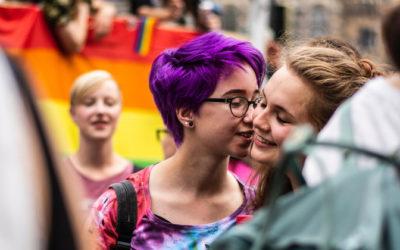 Francia aprueba la reproducción asistida para parejas lesbianas y mujeres solas.